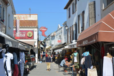Saintes Maries de la Mer : Rue commerçante